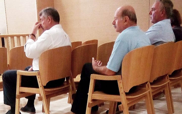 Κ. Νικολούζος (πρώτη σειρά) και εκπρόσωποι των κατοίκων παρακολουθούν την εκδίκαση για τα μονοπάτια του Ερημίτη.