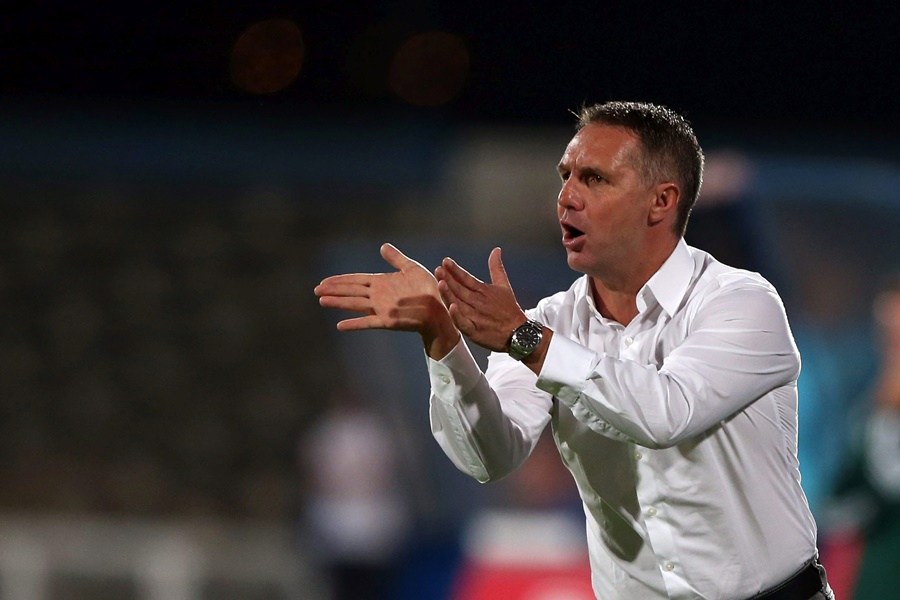 epa04901180 Damir Canadi head coach of SCR of Altach gives instructions to his players during the UEFA Europa League second leg playoff soccer match against Belenenses held at Belem Stadium, Lisbon, Portugal, 27 August 2015.  EPA/MANUEL DE ALMEIDA