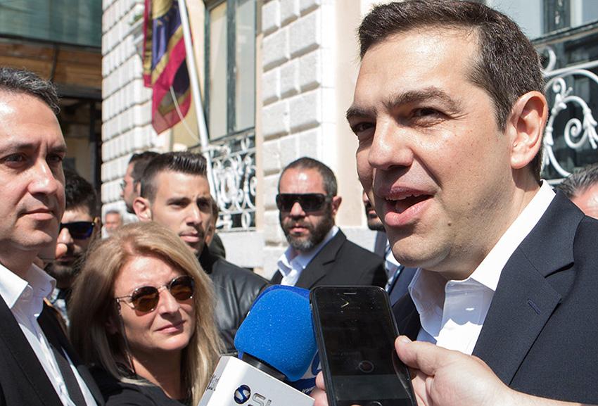 """Ο πρωθυπουργός Αλέξης Τσίπρας κάνει δηλώσεις αποχωρώντας από το """"Σαν Τζιάκομο"""", το Μεγάλο Σάββατο 15 Απριλίου 2017. Το παλιό δημαρχείο της Κέρκυρας """"Σαν Τζιάκομο"""" επισκέφθηκε ο πρωθυπουργός Αλέξης Τσίπρας, συνοδευόμενος από τη σύντροφό του Μπέτυ, τα παιδιά του και τον υπουργό Επικρατείας Αλέκο Φλαμπουράρη.   Από τα μπαλκόνια του παλιού δημαρχείου, ο πρωθυπουργός παρακολούθησε το έθιμο των """"μπότηδων"""", ενώ έριξε και ο ίδιος ένα μεγάλο πήλινο κανάτι.  Νωρίτερα συνομίλησε με τον δήμαρχο Κερκυραίων Κώστα Νικολούζο, τον περιφερειάρχη Ιονίων Νήσων Θόδωρο Γαλιατσάτο, τους βουλευτές και πολιτικούς άρχοντες του τόπου.  Ο πρωθυπουργός έφτασε χθες το βράδυ στο νησί των Φαιάκων ενώ σήμερα το βράδυ αναμένεται να παρακολουθήσει την τελετή της Αναστάσεως που θα πραγματοποιηθεί στην πλατεία Σπιανάδας, τη μεγαλύτερη πλατεία της χερσονήσου του Αίμου ΑΠΕ-ΜΠΕ/ΑΠΕ-ΜΠΕ/ΚΑΤΑΠΟΔΗΣ ΣΤΑΜΑΤΗΣ"""