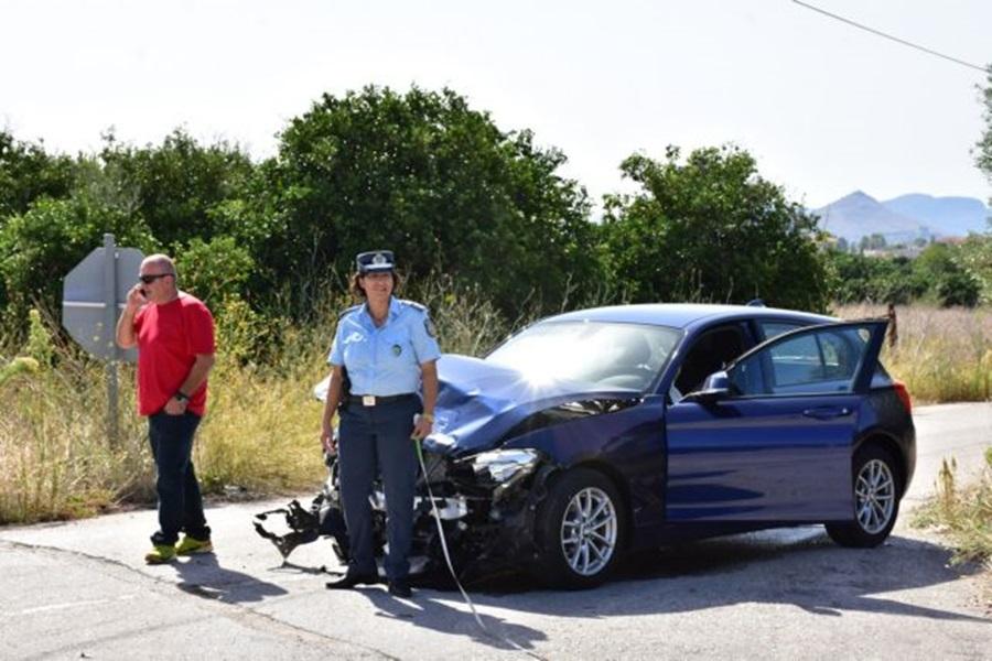 Τρακαρισμένο αυτοκίκητο μετά το τροχαίο δυστύχημα που σημειώθηκε στη νέα Εθνική σύνδεσης αρχαιολογικών χώρων Ναυπλίου - Μυκηνών στο ύψος της πρώτης εισόδου για Ανυφί, την Τρίτη  19 Σεπτεμβρίου  2017  Δυο ΙΧ αυτοκίνητα συγκρούστηκαν πλαγιομετωπικά όταν το ένα από τα δύο επιχείρησε να βγει στην Εθνική οδό και συγκρούστηκε με το άλλο που κινούνταν με κατεύθυνση την Αθήνα. Αποτέλεσμα της σύγκρουσης ήταν ο θανάσιμος τραυματισμός μια γυναίκας Γερμανικής υπηκοότητας και ο τραυματισμός ακόμη μιας γυναίκας με Ιταλική υπηκοότητα. Στο σημείο έσπευσε η τροχαία Ναυπλίου και η πυροσβεστική που απεγκλώβισαν τους τραυματίες που παρέλαβε ασθενοφόρο του ΕΚΑΒ.  ΑΠΕ-ΜΠΕ /ΑΠΕ-ΜΠΕ/ΜΠΟΥΓΙΩΤΗΣ ΕΥΑΓΓΕΛΟΣ