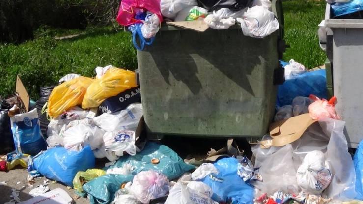Σωροί σκουπιδιών στον Αη Μαθιά.