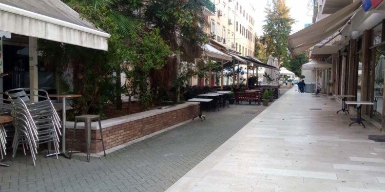 Μαζεμένα τραπέζια, αναποδογυρισμένα καθίσματα στα καφέ της πόλης της Κέρκυρας... Άδειος ο πεζόδρομος (φώτο)