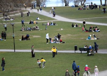 epa08370757 People meet playing ball, having picnics and enjoying the spring weather at the Raslambshovsparken park in Stockholm, Sweden, 18 April 2020. Restrictions seem not that strict in the Scandinavian country while other countries for several weeks have tightened their measures to prevent the widespread of the SARS-CoV-2 coronavirus which causes the COVID-19 disease.  EPA/Fredrik Sandberg SWEDEN OUT