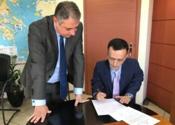 Ο Λ. Ρουμπάτης υπογράφει την πράξη διορισμού του στο Νοσοκομείο Κέρκυρας, υπό το βλέμμα του διοικητή της 6ης ΥΠΕ Γ. Καρβέλη