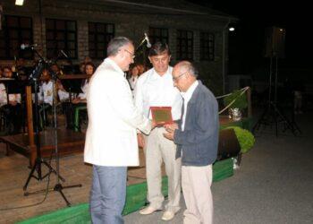 Ο Ν. Πακτίτης, δεξιά στη φωτογραφία, από βράβευσή του τον Αύγουστο του 2011.