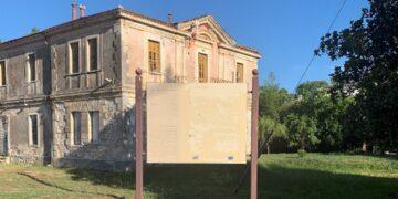Πινακίδα της Εφορίας Αρχαιοτήτων χωρίς περιεχόμενο!
