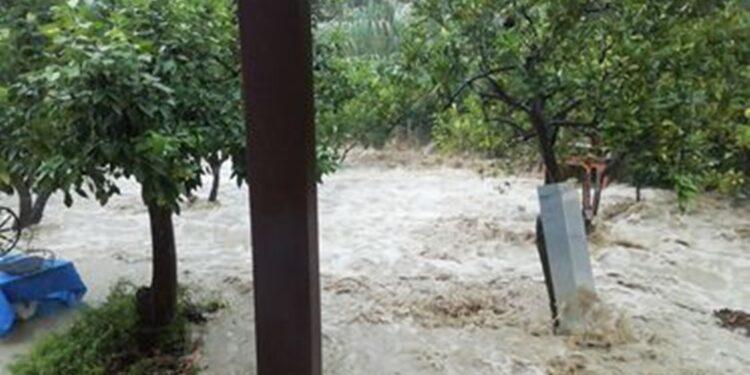 Πλημμύρες και πτώσεις βράχων από το Πέραμα μέχρι τις Μπενίτσες, διακοπή της κυκλοφορίας